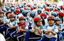 Bắt buộc học sinh phải đội mũ bảo hiểm khi ngồi trên xe máy