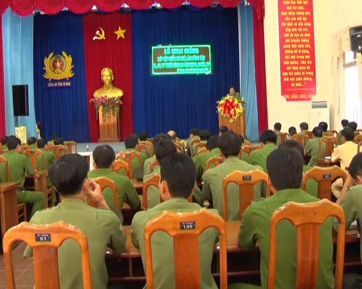 Công an tỉnh Cà Mau tập huấn điều lệnh - quân sự - võ thuật