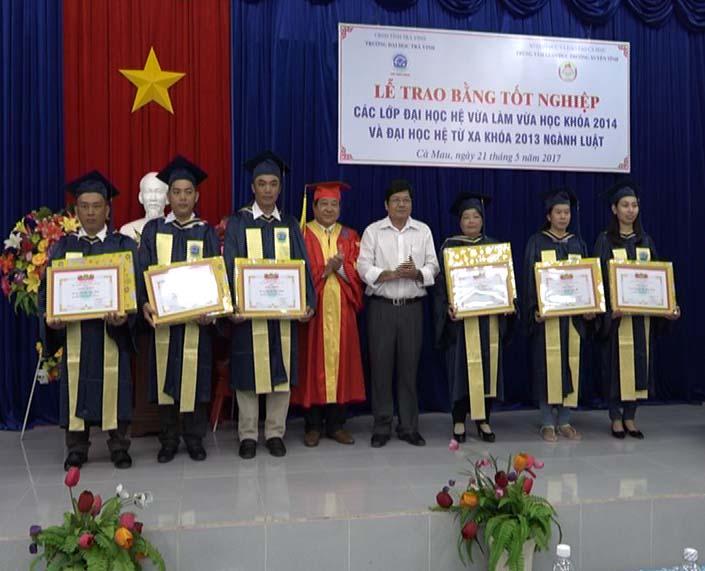 Cà Mau: trao bằng đại học hệ từ xa, vừa làm vừa học khóa 2013, 2014