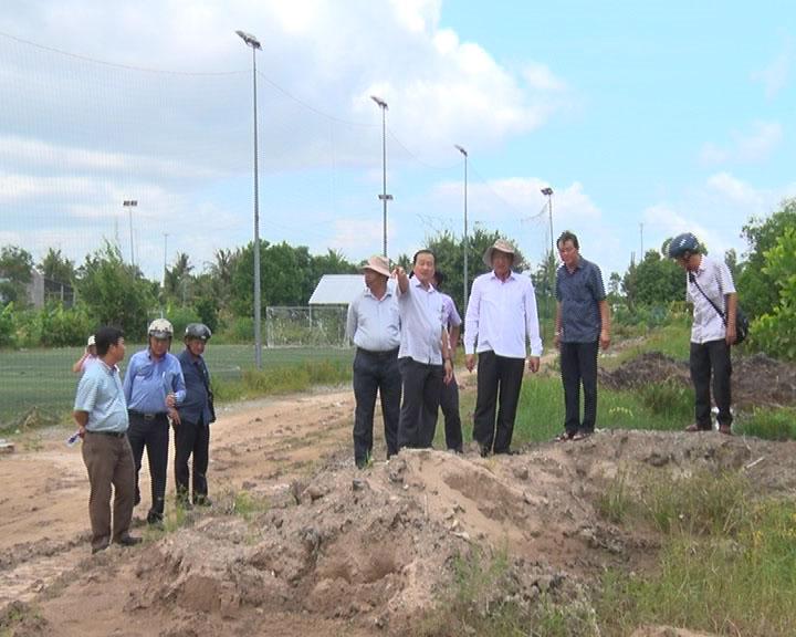 Phó Chủ tịch UBND tỉnh Cà Mau Lâm Văn Bi kiểm tra công trình xây dựng