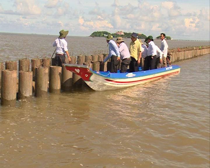 Chủ tịch UBND tỉnh Nguyễn Tiến Hải kiểm tra tình hình sạt lở đê biển Tây và đoạn kè thí điểm đê trụ rỗng
