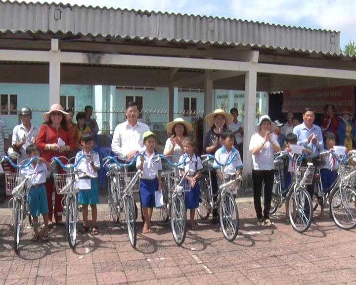 Huyện Trần Văn Thời trao tặng 30 chiếc xe đạp cho học sinh nghèo vượt khó học giỏi