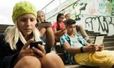 Pháp cấm học sinh tiểu học dùng điện thoại tại trường