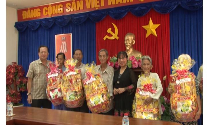 Đài PT-TH Cà Mau tặng quà cho người nghèo