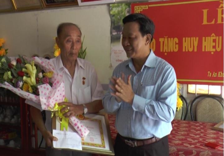 Trao Huy hiệu 60 năm tuổi Đảng cho đồng chí Trần Hoàng Lũy