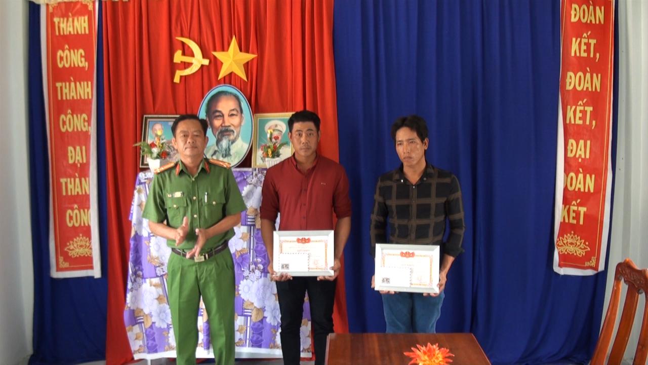 Huyện Phú Tân: tặng giấy khen cho 2 người dân bắt trộm