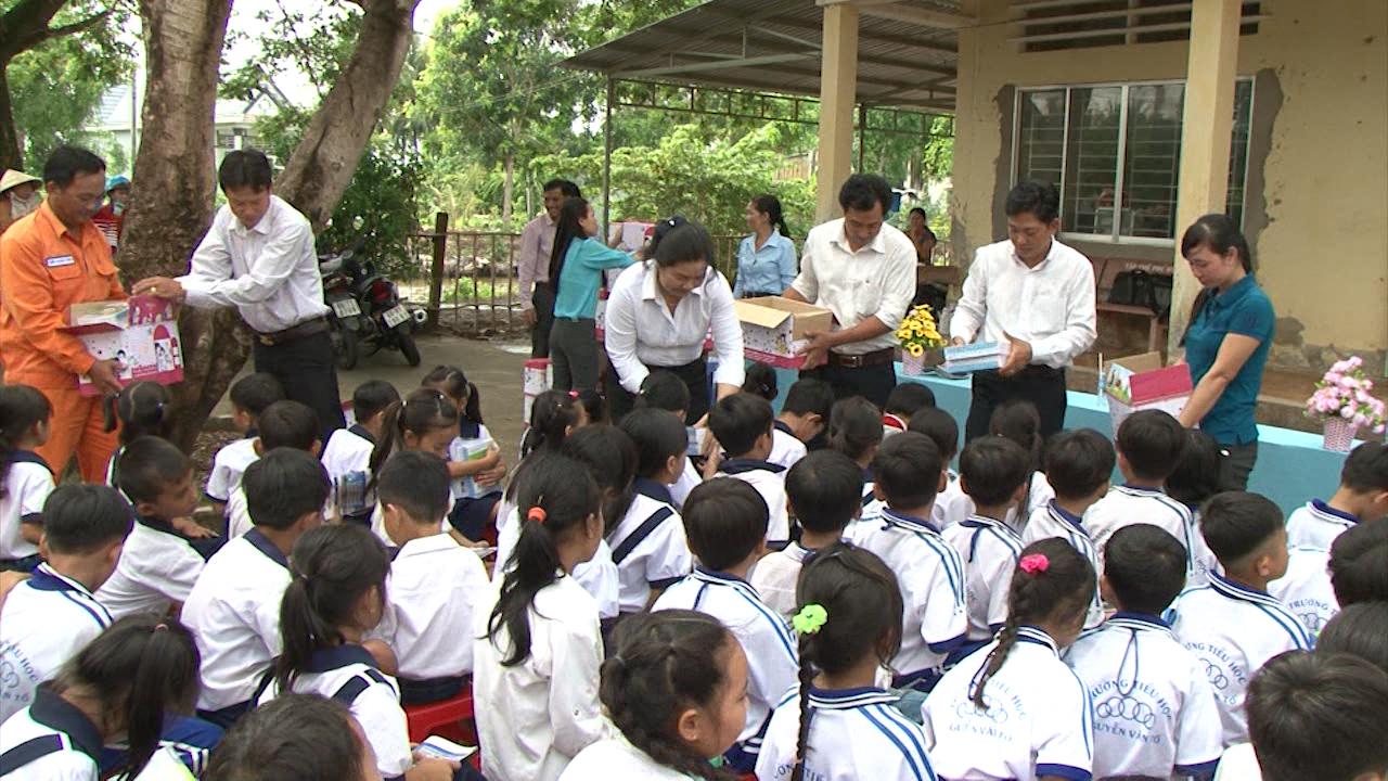 Tặng quà cho học sinh nghèo