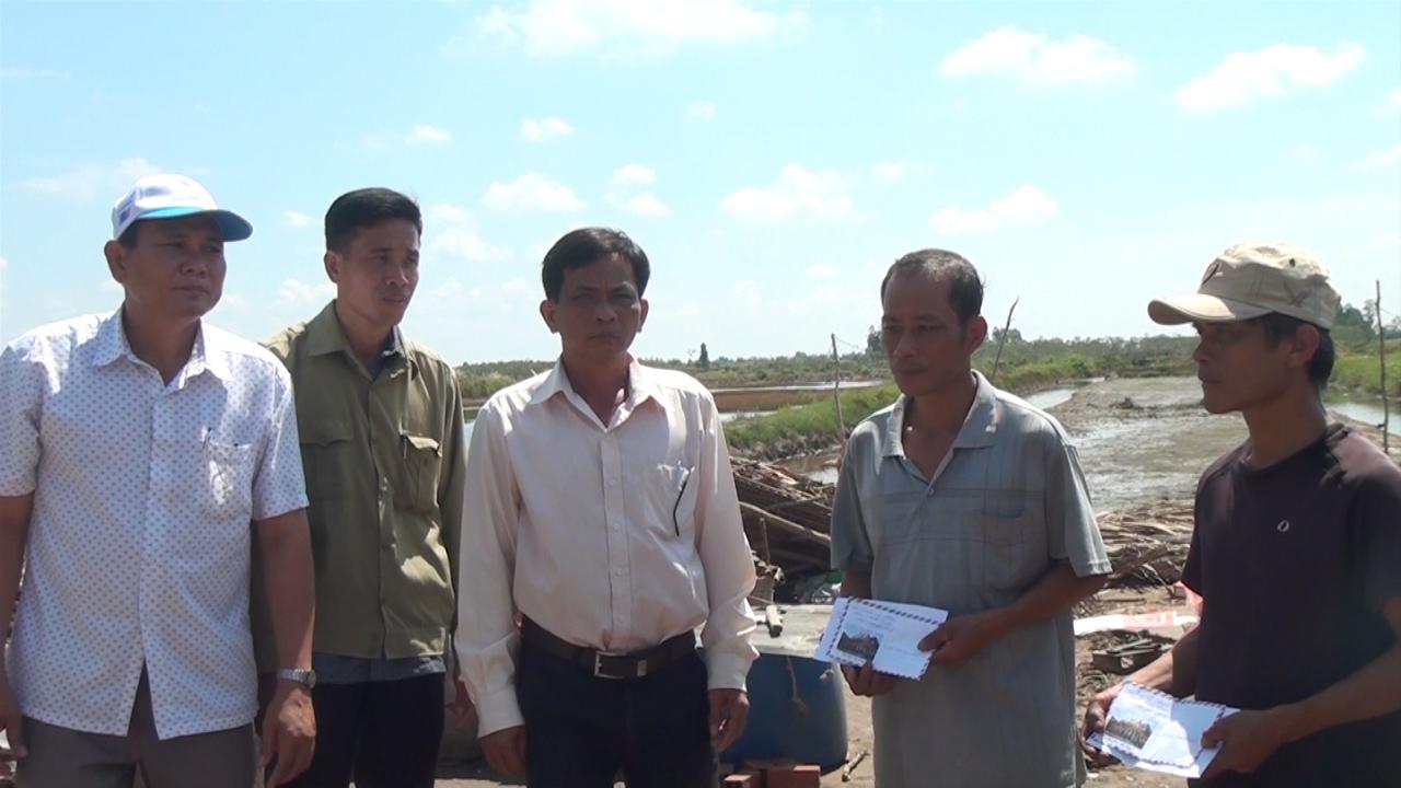 Huyện U Minh hỗ trợ các hộ có nhà bị sập và tốc mái