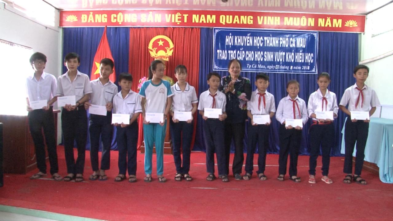 Tặng quà, trao học bổng cho học sinh nghèo vượt khó hiếu học