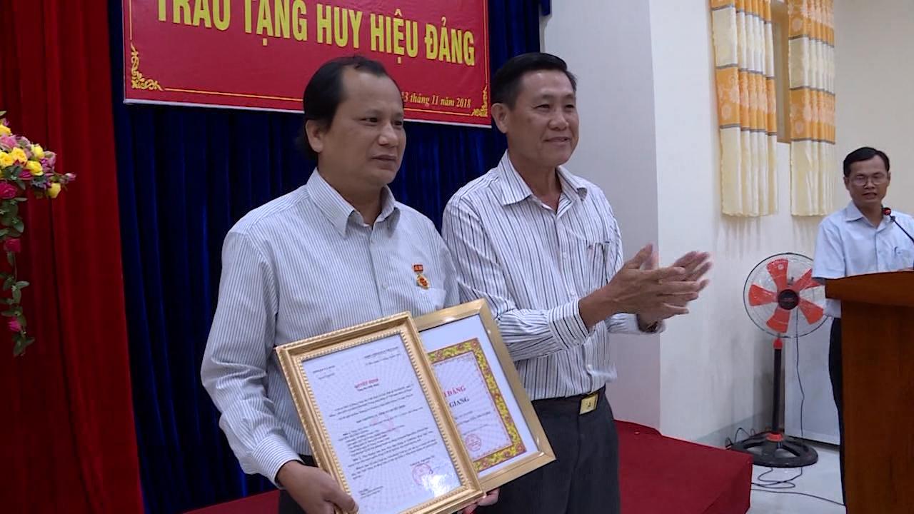 Ngọc Hiển: trao tặng Huy hiệu 30 năm tuổi Đảng