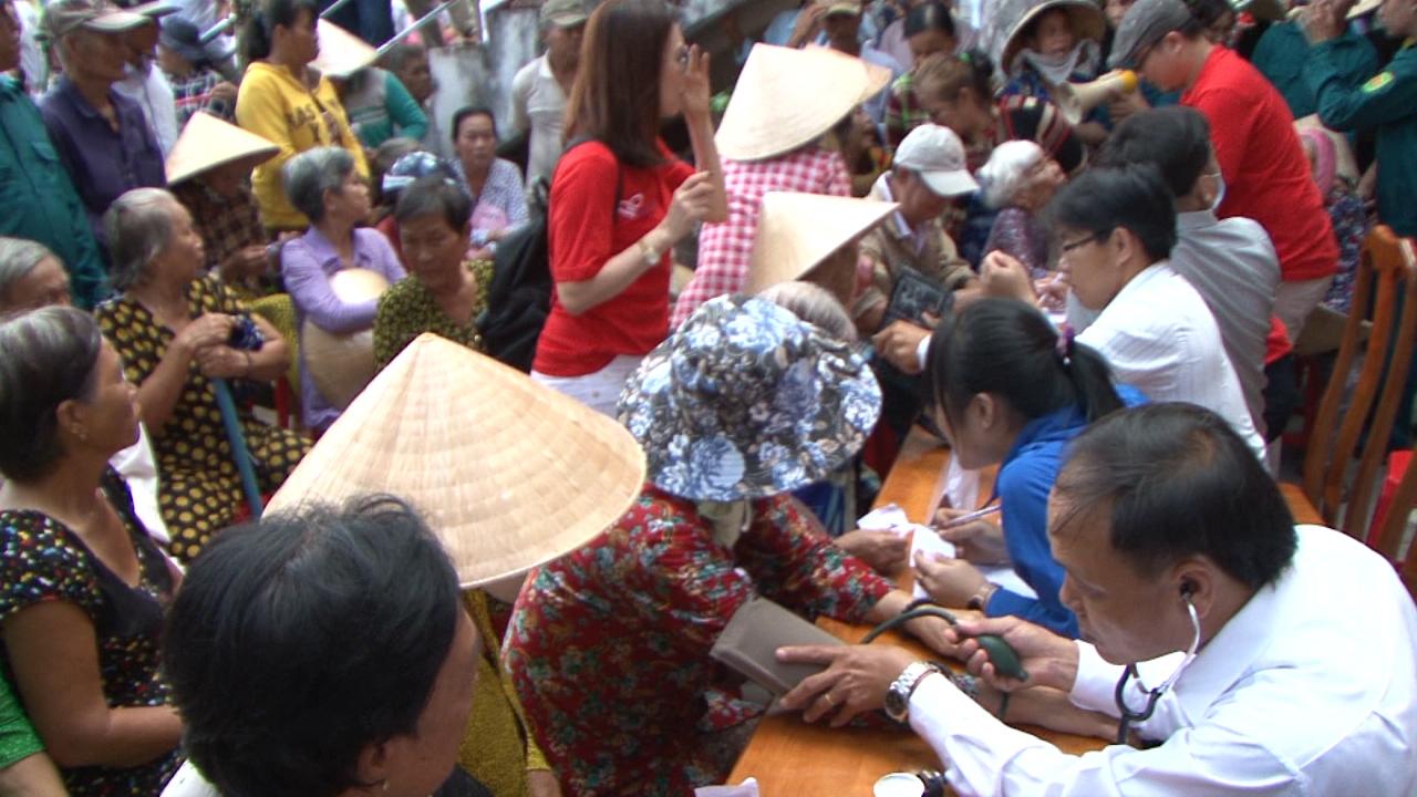 Ngọc Hiển: khám bệnh, cấp thuốc và tặng quà cho hộ nghèo
