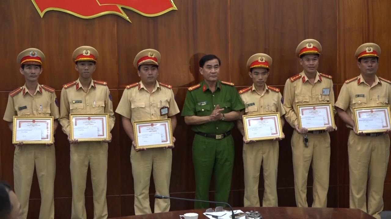 Trao thưởng cho cán bộ chiến sỹ có thành tích đảm bảo an toàn giao thông