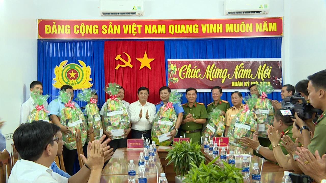 Chủ tịch UBND tỉnh Cà Mau Nguyễn Tiến Hải chúc Tết các đơn vị làm nhiệm vụ đảm bảo an toàn giao thông