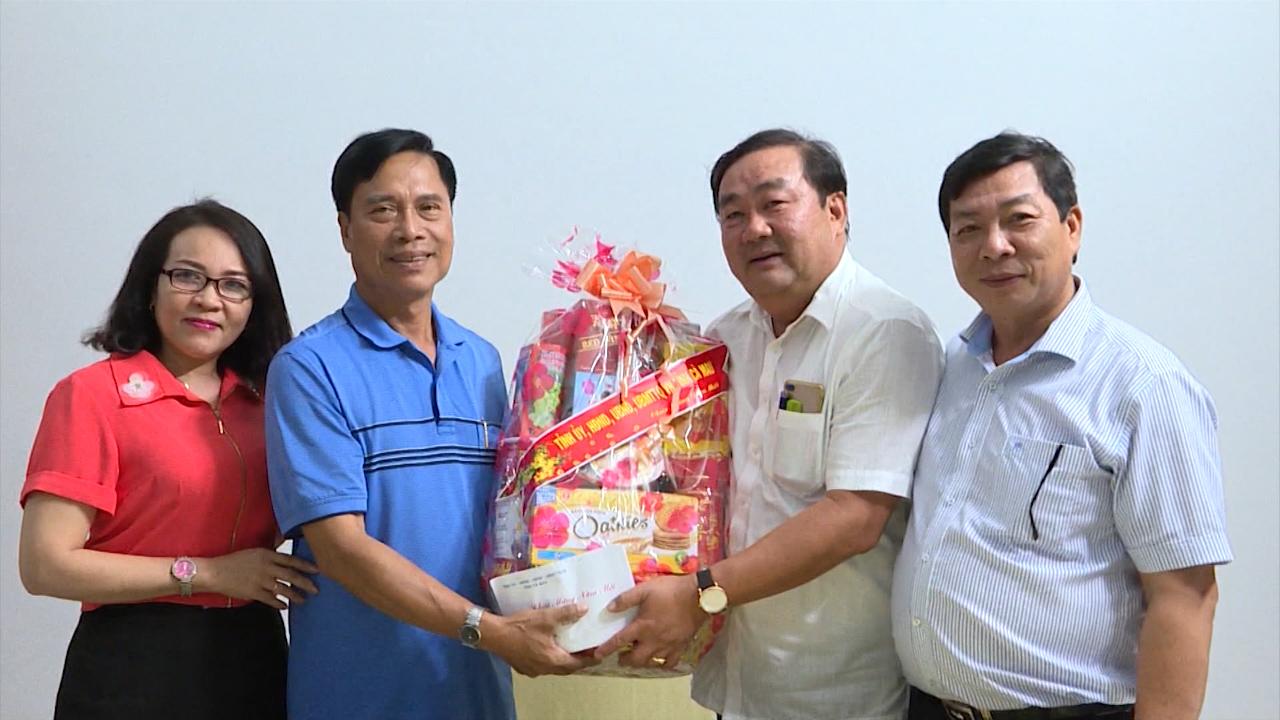 Chủ tịch HĐND tỉnh Cà Mau Trần Văn Hiện thăm, chúc Tết cán bộ hưu trí