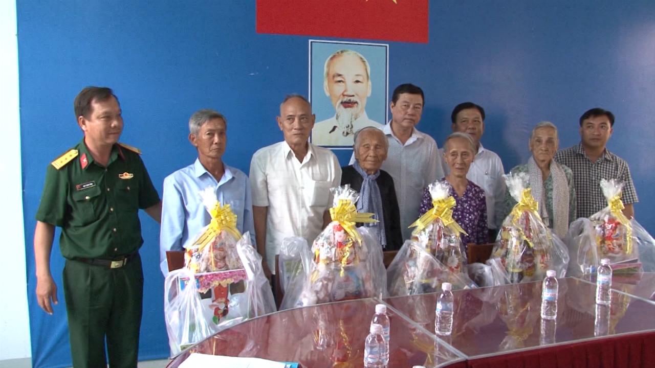 Thành phố Cà Mau tặng quà Tết vùng căn cứ cách mạng tại thị xã Giá Rai, tỉnh Bạc Liêu