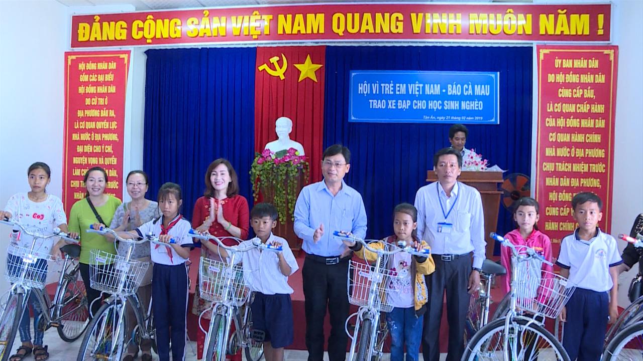 Trao 40 xe đạp cho học sinh nghèo ở huyện Ngọc Hiển