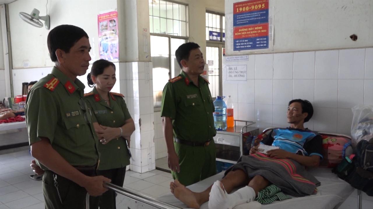 Thăm hỏi chiến sĩ bị thương khi làm nhiệm vụ