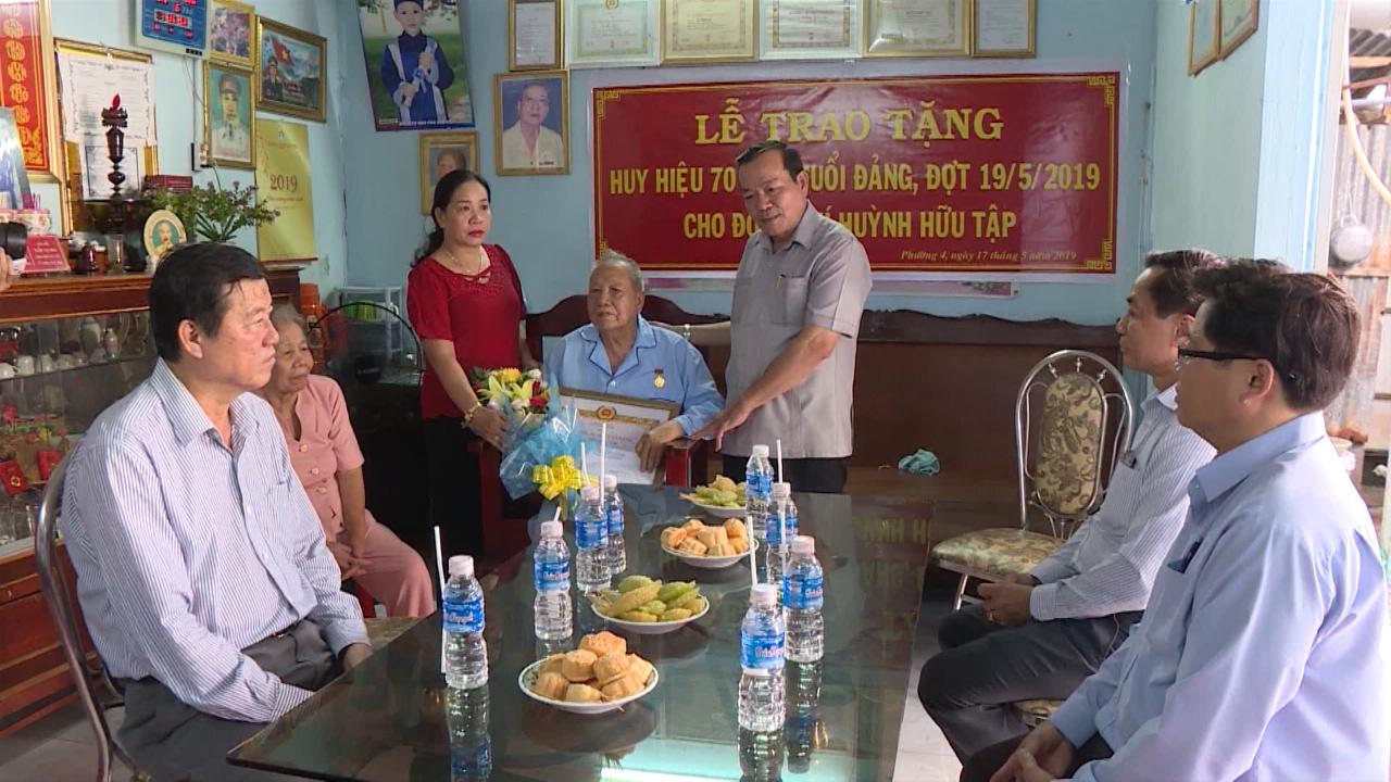 Trao tặng Huy hiệu 70 năm tuổi Đảng cho đảng viên Huỳnh Hữu Tập