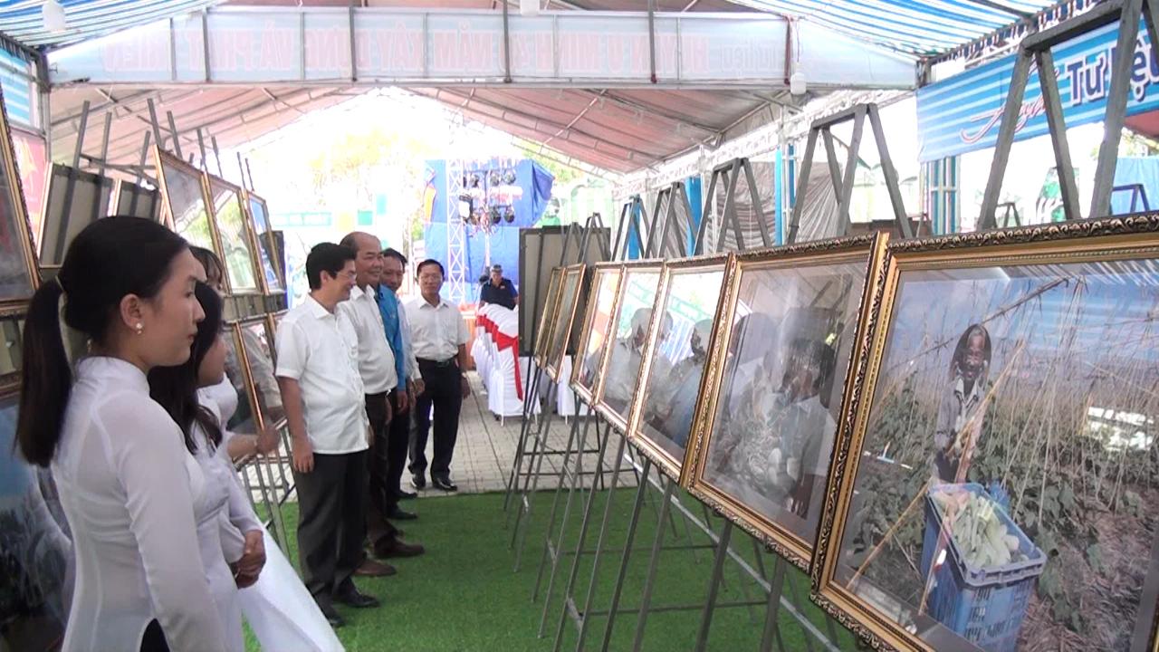 Trưng bày ảnh tư liệu nhân kỷ niệm 40 năm ngày thành lập huyện U Minh