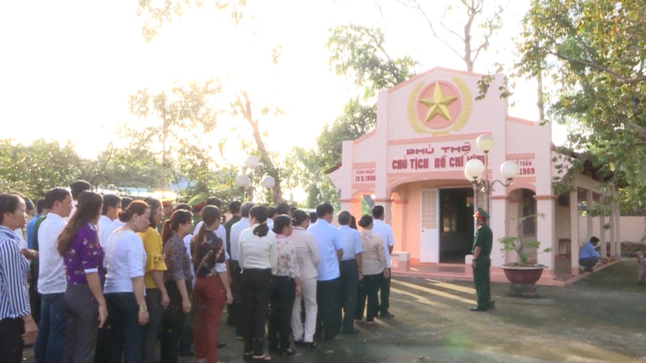 Viếng Phủ thờ Bác Hồ ở huyện Thới Bình