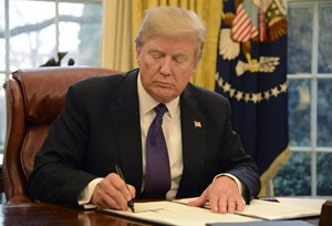 Tổng thống Mỹ ký sắc lệnh cấm dùng thiết bị viễn thông nước ngoài