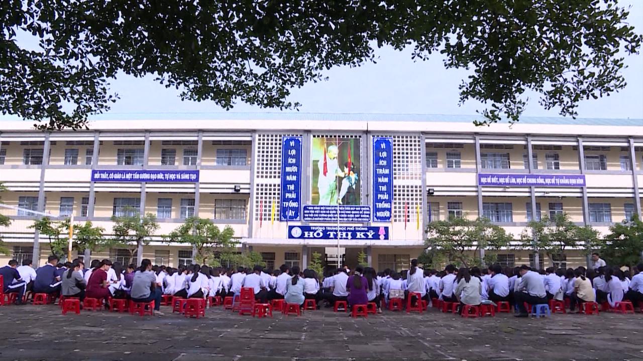 Học sinh Cà Mau tựu trường năm học mới