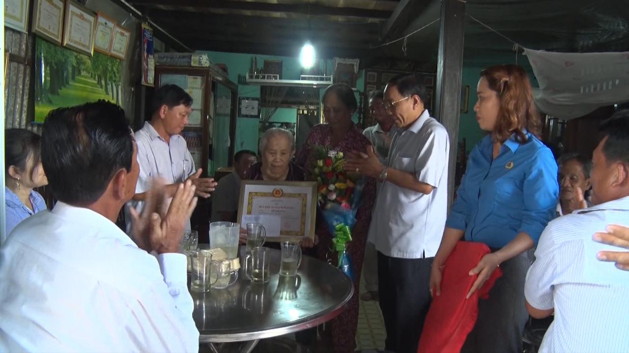 Trao Huy hiệu 60 năm tuổi đảng cho đảng viên Lê Thị Vinh