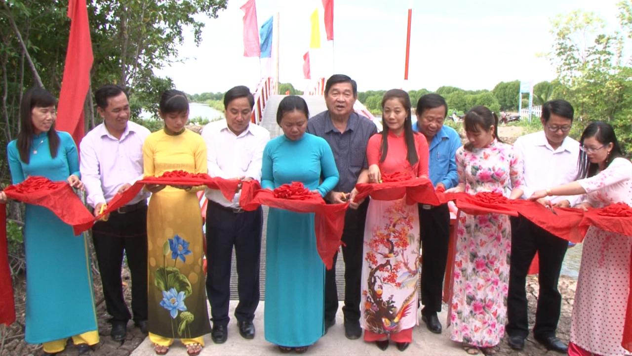 Huyện Ngọc Hiển khánh thành cầu, khám bệnh miễn phí cho hộ nghèo