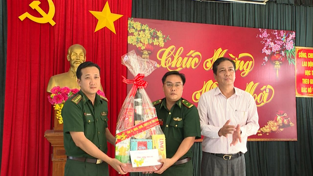 Phó Chủ tịch UBND tỉnh Cà Mau Trần Hồng Quân chúc Tết Đồn Biên phòng Rạch Gốc