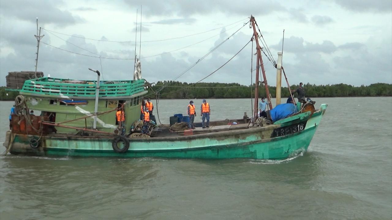 Hải đoàn 42 dẫn giải tàu cá vi phạm về đất liền